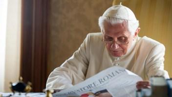 El papa Benedicto XVI lee el periódico en su residencia de verano el 26 de julio de 2010 en Castel Gandolfo, cerca de Roma, Italia. Crédito: Foto de L'Osservatore Romano - Piscina del Vaticano vía Getty Images