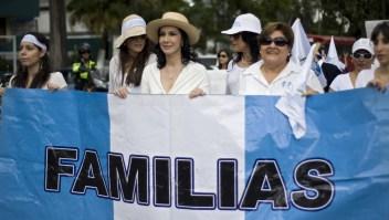 Zury Ríos (centro), hija del exdictador guatemalteco Efraín Ríos Montt, con familiares y amigos de ex oficiales de las fuerzas armadas juzgados por crímenes durante la guerra civil (1960-1996), en una foto del 9 de septiembre de 2012. (Crédito: JOHAN ORDONEZ/AFP/GettyImages)