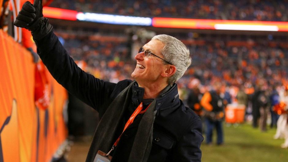Si Tim Cook, presidente ejecutivo de Apple, saliera de compras por los estadios deportivos de Estados Unidos...