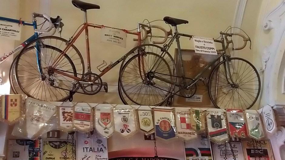 Bicicletas de Merckx y Coppi en el santuario. (Crédito: Ander Izagirre)