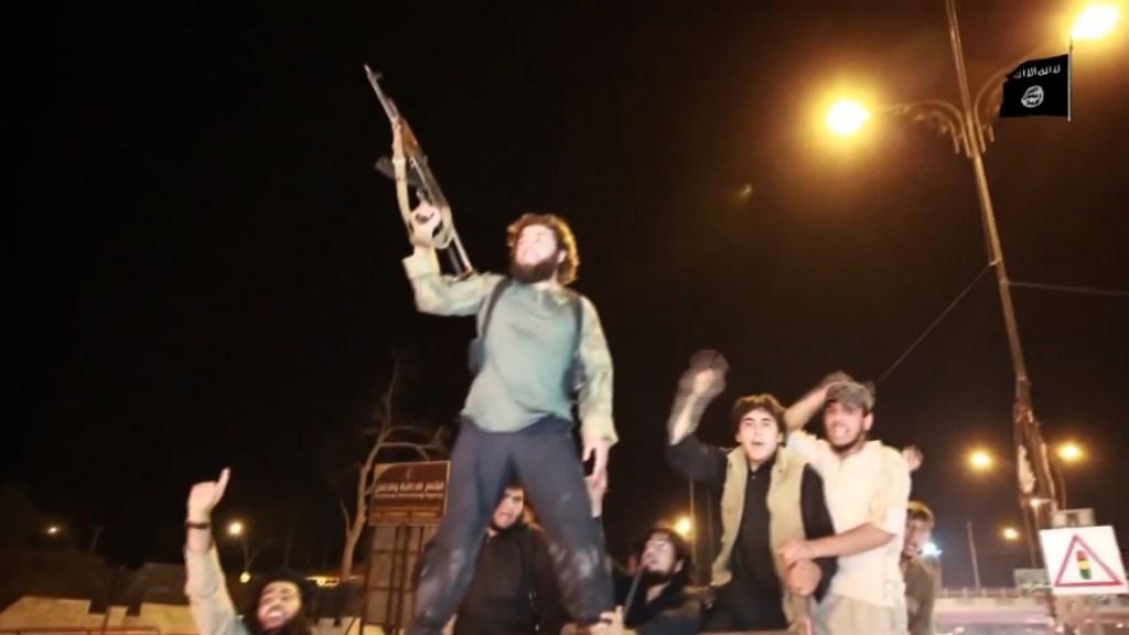 Simpatizantes de ISIS celebran en las calles de la ciudad iraquí la caída de Ramadi (Youtube)