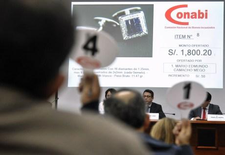 En agosto de 2014 se llevó a cabo una subasta de 152 diversas joyas del asesor presidencial de Alberto Fujimori en la que se recolectaron 190.000 dólares. (Crédito: CRIS BOURONCLE/AFP/Getty Images)