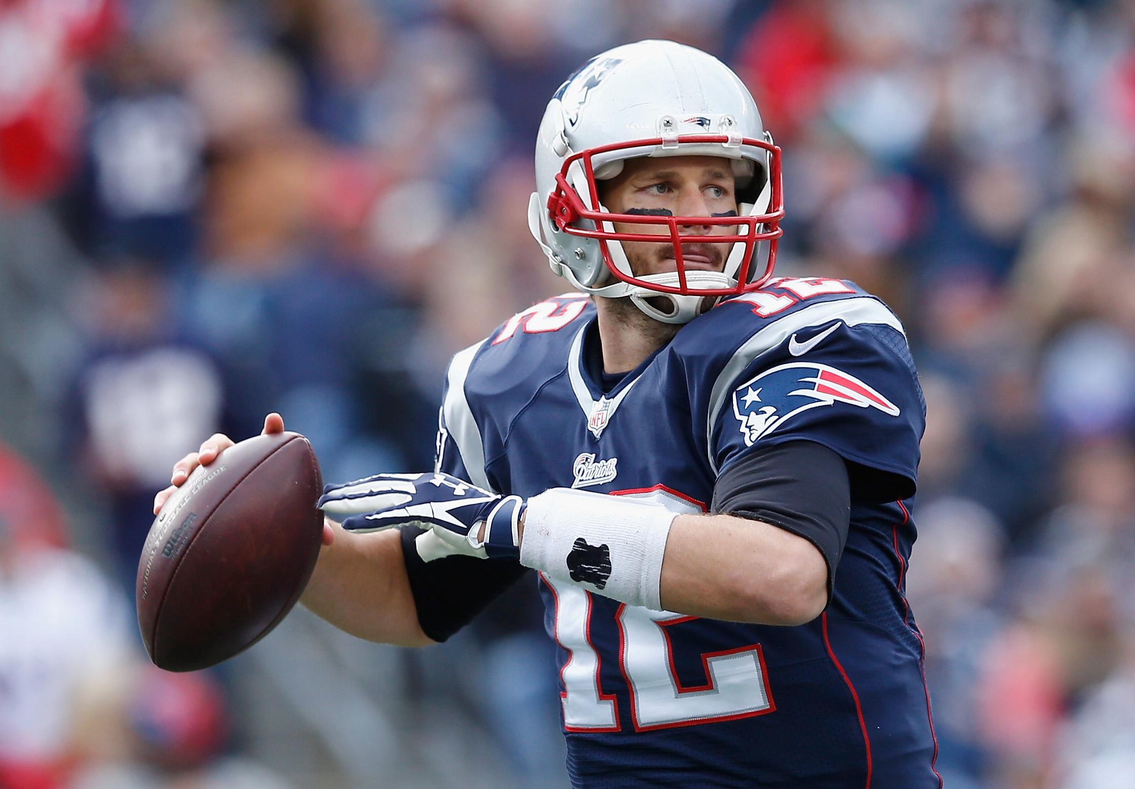 La NFL acusó a mitad del año pasado al mariscal de Campo de los Patriotas, Tom Brady, de incurrir en una conducta en detrimento de la integridad de la liga (Getty Images/Archivo).