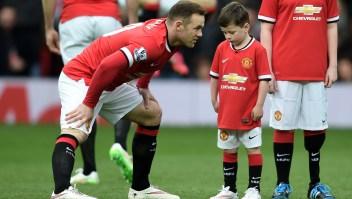 Wayne Rooney junto a su hijo Kai (centro) durante el partido entre el Manchester United y el Tottenham Hotspur en Old Trafford. Crédito: Michael Regan/Getty Images