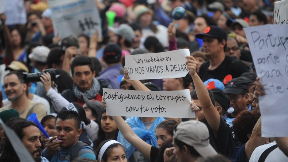 Manifestantes durante la protesta en Ciudad de Guatemala contra la corrupción en el gobierno. Crédito: JOHAN ORDONEZ/AFP/Getty Images