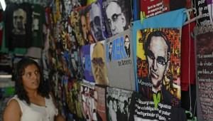 La beatificación de monseñor Oscar Arnulfo Romero ha desatado el fervor de sus miles de seguidores, una oportunidad que ha sido aprovechada por muchos comerciantes para explotar la imagen del obispo asesinado (Crédito: Marvin RECINOS/AFP/Getty Images)