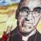 Un hombre limpia un mural dedicado a monseñor Romero. (Crédito: Marvin RECINOS/AFP/Getty Images)