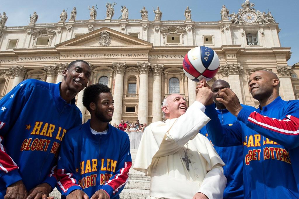 El papa Francisco demostrando sus habilidades con la pelota de baloncesto (Crédito: PRNewsFoto/Harlem Globetrotters)