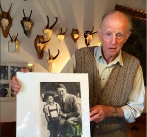 Gerhard Bartels fue fotografiado junto a Hitler para mostrar el amor del Führer hacia los niños. (Crédito: DailyMail)