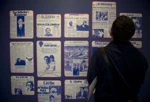 Un visitante de la Feria del Libro de Bogotá en la exposición de los diarios de la época que anunciaban el Nobel de Literatura para el escritor colombiano Gabriel García Márquez. (Crédito:  EITAN ABRAMOVICH/AFP/Getty Images)