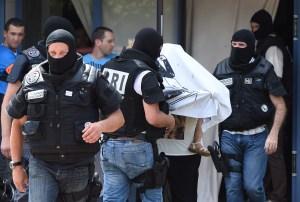 Fuerzas especiales francesas escoltan a una mujer no identificada y la ayudan a salir del edificio en el que sucedió el ataque terrorista (Crédito:PHILIPPE DESMAZES/AFP/Getty Images)