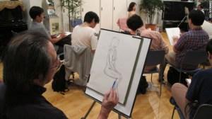 La organización White Hands imparte clases a hombres de edad media para que pinten mujeres desnudas, un acercamiento al género opuesto.