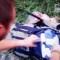 En una de las imágenes del video divulgado por News Corp se ve a un presunto combatiente registrando una mochila en la zona donde cayó el avión. Crédito: News Corp.