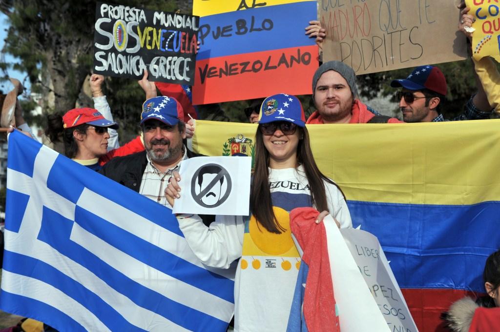 Venezolanos residentes en Grecia protestan contra el gobierno de su país en Salónica el 22 de febrero de 2014 (Crédito: SAKIS MITROLIDIS/AFP/Getty Images)