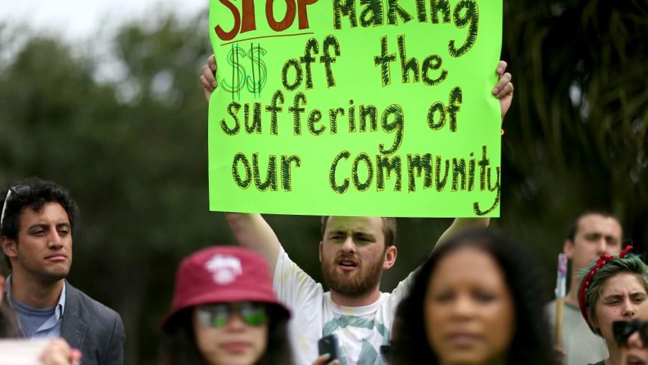 Manifestantes protestan frente a la sede del GEO Group en Boca Ratón, Florida, el 4 de mayo de 2015 (Crédito: Joe Raedle/Getty Images)