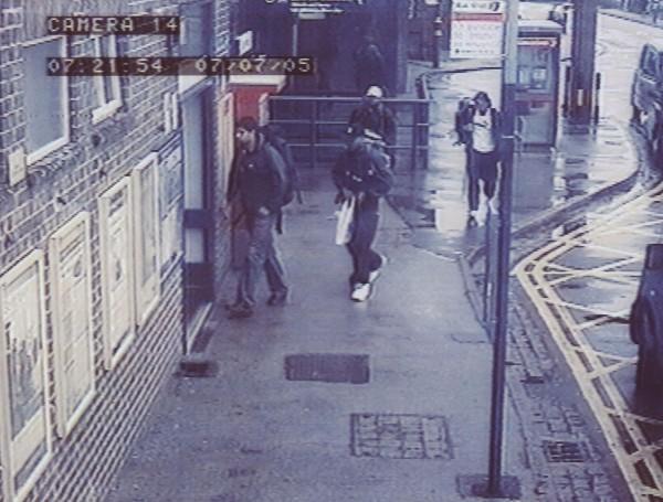 Los atacantes fueron captados por cámaras de seguridad entrando al metro de Londres (Metropolitan Police via Getty Images).