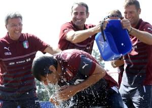 17 millones de personas se unieron al popular 'Ice Bucket Challenge' en 2014, entre ellos la selección nacional de fútbol de Italia, en la fotografía tomada en septiembre de ese año.  (Crédito: ALBERTO PIZZOLI/AFP/Getty Images)