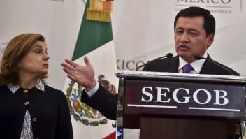 El Secretario de Gobernación de México, Miguel Ángel Osorio Chong, junto a la Fiscal general de ese país, Aely Gomez, en una conferencia de prensa hablando de la fuga de El Chapo Guzmán (Crédito: YURI CORTEZ/AFP/Getty Images)