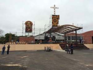 Koki Ruiz es el artista que elaboró las piezas para la visita del pontífice a Paraguay. (Crédito: CNN/Sanie López)