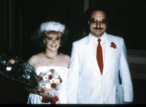 Anne Henderson Pollard y su esposo Jonathan Pollard el día de su boda el 9 de agosto de 1985, en Italia. La pareja fue acusada de vender secretos de EE.UU. a Israel y China. (Crédito: Liaison/GettyImages)