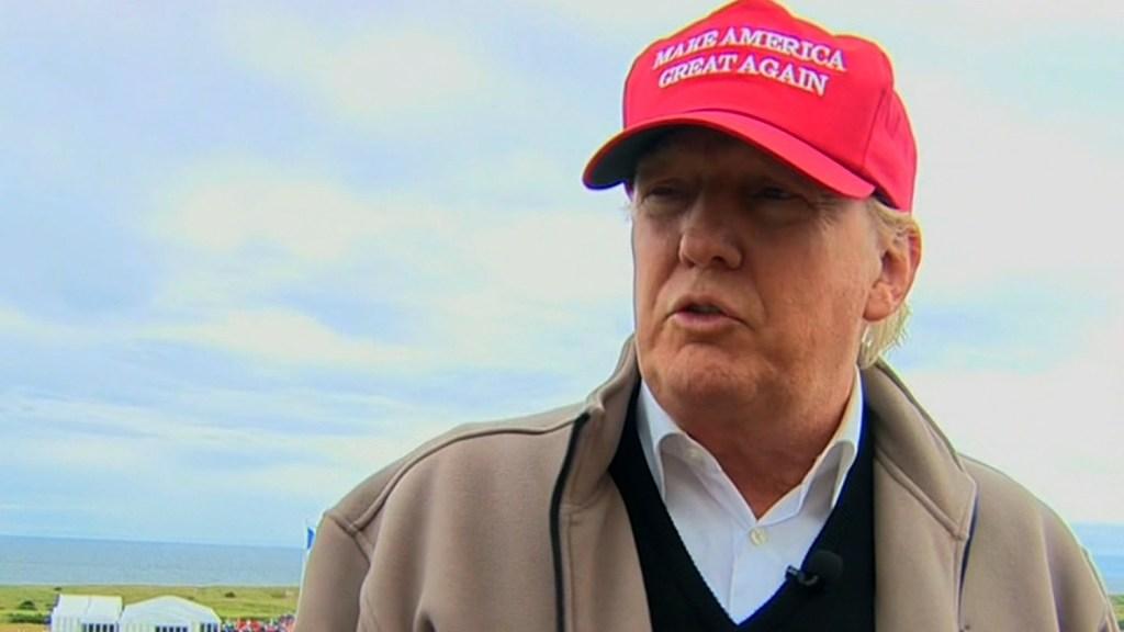 Donald Trump durante su entrevista en Escocia con Max Foster, de CNN.