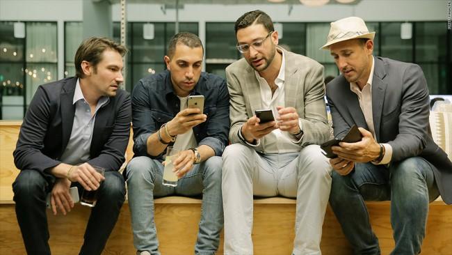 """Forbes llevó a cabo una fiesta de lanzamiento de la aplicación """"Menores de 30"""" en San Francisco. Sean Rad y Jonathan Badeen de Tinder estuvieron presentes."""