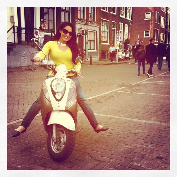 Alejandra Oraa recorriendo las calles de Amsterdam. (Crédito: Alejandra Oraa/CNN)