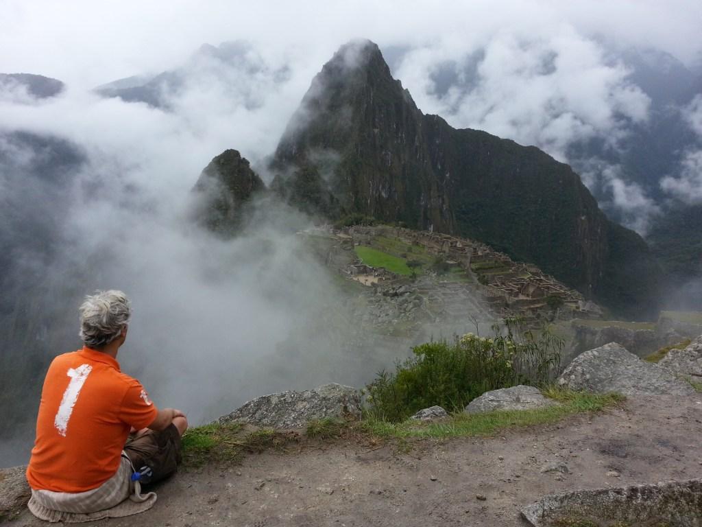 Miguel Ángel meditando en Machu Picchu. (Crédito: Miguel Ángel Antoñanzas/CNN)