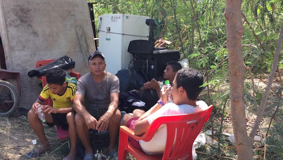 Una familia hizo un campamento improvisado cerca a la orilla del río. No tienen a donde ir aunque tienen todos sus enseres. (Crédito: CNN/Melissa Velásquez Loaiza)