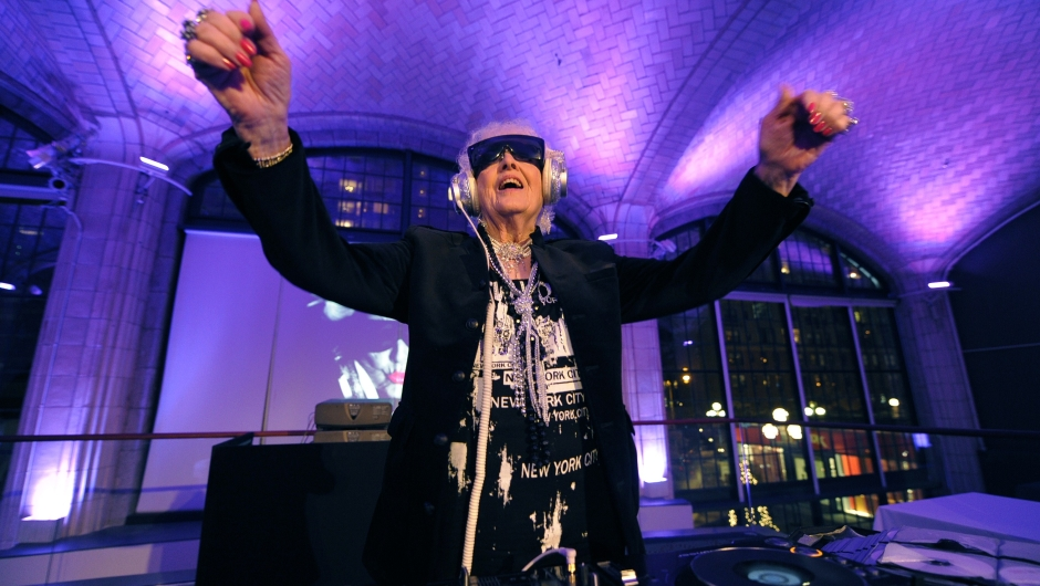 Ruth Flowers, conocida como DJ Mamy Rock, una deejay septuagenaria. Crédito: TIMOTHY A. CLARY/AFP/Getty Images