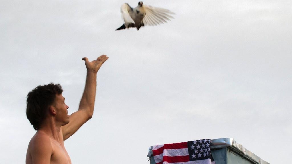 Un hombre suelta una paloma en La Habana el 1 de julio de 2015 (Crédito: YAMIL LAGE/AFP/Getty Images)