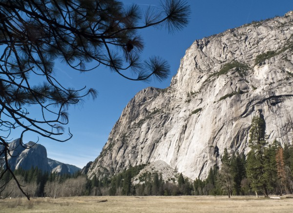 Una foto tomada el 8 de marzo de 2014 muestra un paisaje en el valle de Parque Nacional Yosemite. Unas 3.7 millones de personas visitan el parque cada año, y la mayoría pasan el tiempo en los 18 kilómetros cuadrados del Valle de Yosemite (AFP/Getty Images/Archivo).