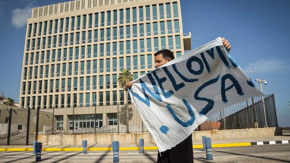 Un hombre muestra una pancarta de bienvenida frente a la embajada de Estados Unidos en La Habana el 20 de julio de 2015. Crédito: ADALBERTO ROQUE/AFP/Getty Images.