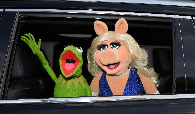 Miss Piggy y la Rana René llegan al estreno de la cinta Muppets Most Wanted en Hollywood, California. (Crédito: Kevin Winter/Getty Images)