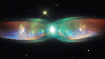 The Twin Jet Nebula, or PN M2-9, is a striking example of a bipolar planetary nebula. Bipolar planetary nebulae are formed when the central object is not a single star, but a binary system, Studies have shown that the nebula's size increases with time, and measurements of this rate of increase suggest that the stellar outburst that formed the lobes occurred just 1200 years ago. Mariposa cósmica Nasa Hubble