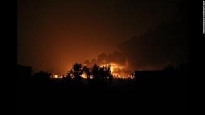 Una refinería de petróleo arde luego de un ataque de ISIS en el norte de Selahaddin, en Baji.