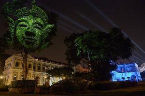"""Una instalación de arte visual proyectada titulada """"Divine Trees"""", por el artista francés Clemente Briend, estuvo en exhibición durante el """"Singapore Night Festival"""" en el 2014. El festival anual cuenta con instalaciones de arte y actuaciones de artistas locales e internacionales. (Crédito: Roslan Rahman/AFP/Getty Images)"""