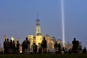 Tributo a las víctimas de los atentados terroristas con dos luces que conmemoran las Torres Gemelas en Manhattan. (Crédito: Michael Bocchieri/Getty Images)