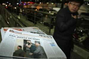 La primera página del diario surcoreano Mail Bussiness muestra la noticia de la ejecución de Jang Song-Thaek, líder norcoreano y tío de Kim Jong Un. Diciembre 13 de 2014. (Crédito: Han Myung-Gu/Getty Images)