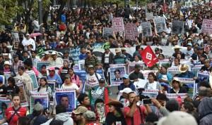 Estudiantes y familiares de los 43 normalistas de Ayotzinapa exigieron justicia a un año de la desaparición de los jóvenes. (Crédito: YURI CORTEZ/AFP/Getty Images).