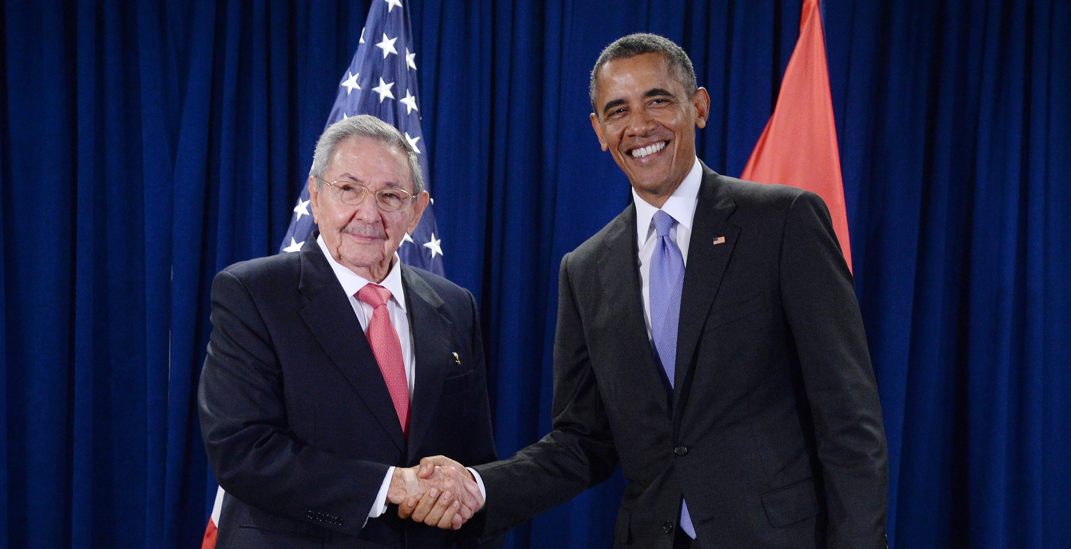 El presidente Raúl Castro (izquierda) y Barack Obama (derecha) posan para las cámaras luego de la reunión bilateral durante la Asamblea Nacional de la ONU. (Crédito: Anthony Behar-Pool/Getty Images)