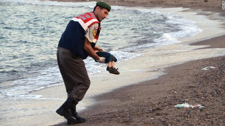 Un oficial Turco en la ciudad de Bodrum lleva el cuerpo sin vida de Aylan, luego de ser encontrado en las costas el 2 de septiembre. El pequeño es uno de los 12 refugiados sirios que se ahogaron en el mar durante una travesía que debía terminar en Grecia a finales de agosto.