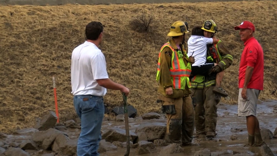 Los bomberos están tratando de contabilizar las personas atrapadas en vehículos y en busca de aquellos que necesitan ayuda para llegar a una zona segura, dijo Humberto Agurcia, portavoz del Departamento de Bomberos del condado de Los Ángeles. Crédito: KGET