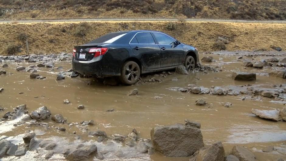 Muchos vehículos quedaron atrapados por el lodo.Crédito: KGET