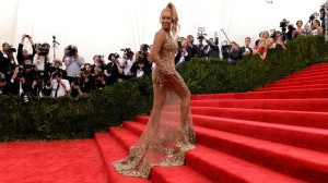 Beyoncé viste un traje de alta costura de Givenchy diseñado por Riccardo Tisci en la Gala del 2015. (Crédito: Timothy A. Clary/AFP/Getty Images)