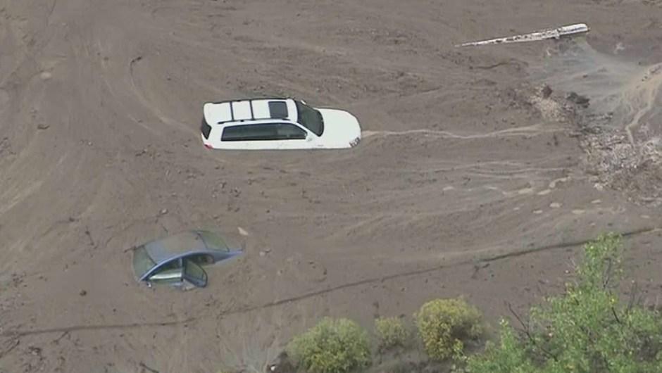 Las autoridades del sur de California se apresuraron a rescatar a los automovilistas varados en las carreteras después de que inundaciones y un fuerte granizo afectaran al norte de Los Ángeles.