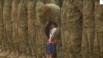 La tierna reacción de una niña que ve a su padre en una cermonia de bienvenida del ejército interrumpe para saludarlo