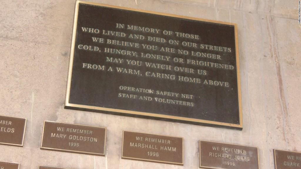 Una placa bajo una autopista de Pittsburgh conmemora a los hombres y mujeres sin hogar que han muerto.
