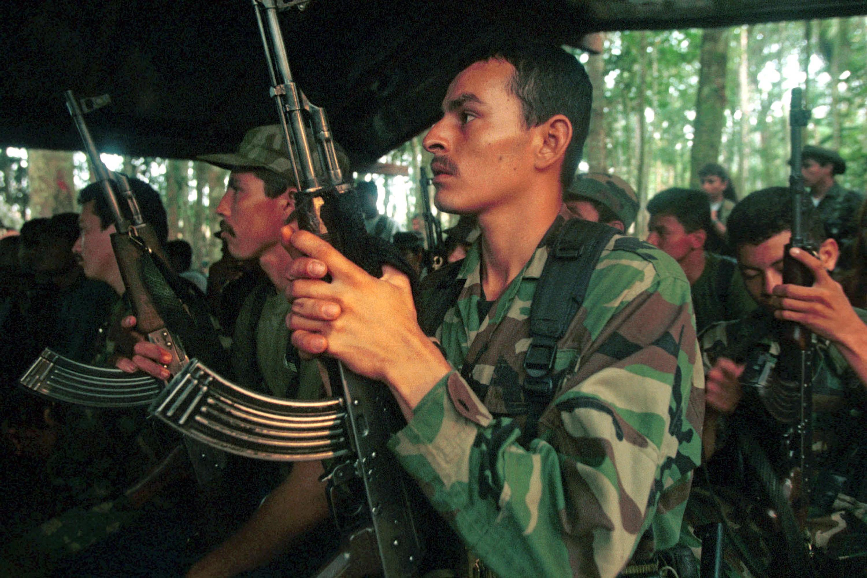 Un grupo guerrillero de las Farc recibe instrucciones en uno de los campamentos de la jungla de Caquetá, Colombia, el 28 de febrero de 2002. (CréditoCarlos Villalon/Getty Images/Archivo)