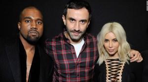 Riccardo Tisci (centro) con Kanye West y Kim Kardashian. (Crédito: Givenchy)
